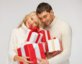 Par romântico em uma camisolas com caixas de presente — Fotografia Stock