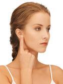 Mujer apuntando al oído — Foto de Stock