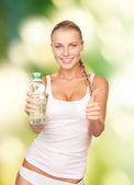 漂亮的女人和瓶水 — 图库照片
