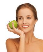 Femme avec pomme verte — Photo