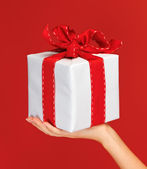 Woman's hands holding a gift box — Foto Stock