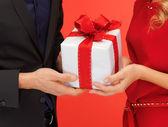 Muž a žena si ruce s dárkový box — Stock fotografie