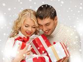 Pareja romántica en un suéteres con cajas de regalo — Foto de Stock