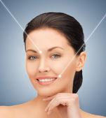顔と美しい女性の手 — ストック写真