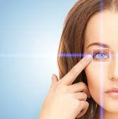 Krásná žena, ukazující na oko — Stock fotografie