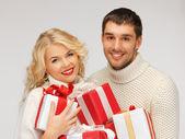 Familjen par i en tröjor med presentförpackning — Stockfoto