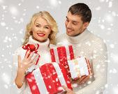 Romantiska par i en tröjor med presentförpackning — Stockfoto