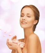 Vacker kvinna med rosenblad — Stockfoto