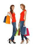 Dos adolescentes con bolsas de compras — Foto de Stock