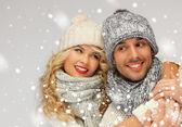Rodzina para w strojach zimowych — Zdjęcie stockowe
