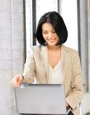 Glückliche frau mit laptop und kreditkarte — Stockfoto
