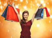 買い物袋と赤いドレスで 10 代の少女 — ストック写真
