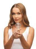 省エネ電球を持つ女性 — ストック写真
