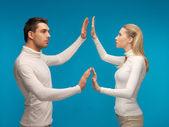 男と女は架空のもので働く — ストック写真