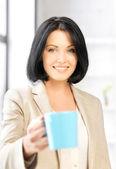 マグカップで素敵な女性実業家 — ストック写真