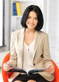 Affärskvinna med magazine — Stockfoto