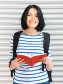 Frau mit tasche und buch — Stockfoto