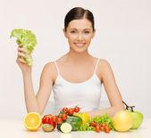 果物や野菜を持つ女性 — ストック写真
