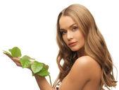 Femme avec feuille verte — Photo