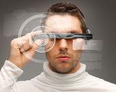 Człowiek z futurystyczne okulary — Zdjęcie stockowe