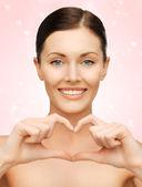 Woman showing heart shape — 图库照片