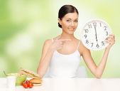 Kobieta z dużym zegarem — Zdjęcie stockowe