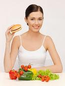 ハンバーグと野菜の女性と — ストック写真