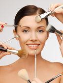 Güzel bir kadın fırçaları ile — Stok fotoğraf