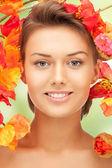 Piękne kobiety z czerwonych kwiatów — Zdjęcie stockowe