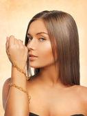 ネックレスを持つ美しい女性 — ストック写真