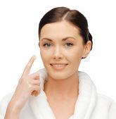 女性のバスローブのクリームを適用します。 — ストック写真