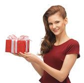 Nastoletnia dziewczynka w czerwonej sukience z pudełko — Zdjęcie stockowe