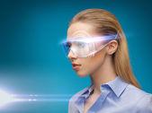 Imprenditrice con occhiali digitali — Foto Stock