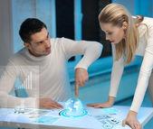 Homme et femme travaillant avec écrans virtuels — Photo