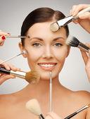 Mulher bonita com escovas — Foto Stock