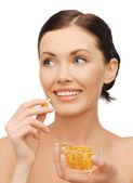 Kvinna med vitaminer — Stockfoto