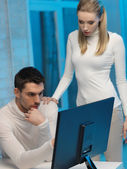 Man and woman in laboratory — Stockfoto