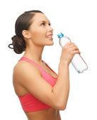 Donna con bottiglia d'acqua — Foto Stock