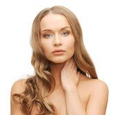Krásná žena s dlouhými vlasy — Stock fotografie
