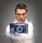 Hombre futurista con gadget — Foto de Stock