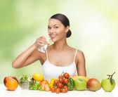 Mujer con alimentos saludables — Foto de Stock