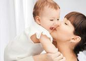 Gelukkig moeder met schattige baby — Stockfoto