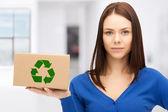 Atractiva mujer de negocios con caja reciclable — Foto de Stock