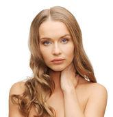Mujer bella con pelo largo — Foto de Stock
