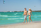Couple walking on the beach — Stock Photo
