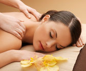 Mulher bonita no salão de massagem — Foto Stock