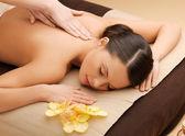 Vacker kvinna i massagesalong — Stockfoto