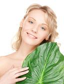 Mulher com folha verde — Fotografia Stock