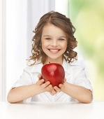 Kırmızı elma ile kız — Stok fotoğraf