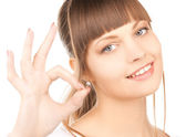 Young woman showing ok sign — Foto Stock